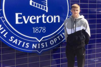 Sean signs for Everton